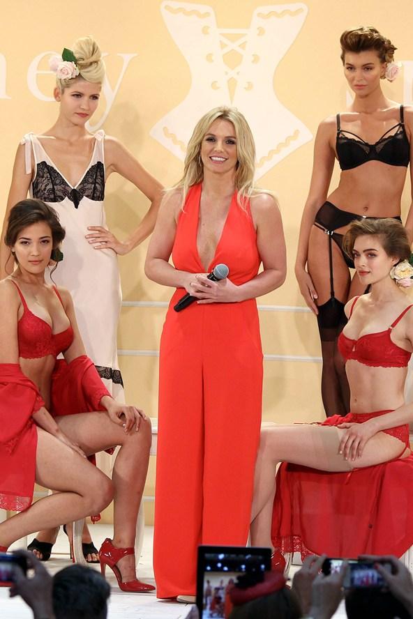 Britney-Spears-Vogue-10Sept14-rex_b_592x888